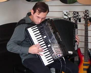 Тестирование цифрового аккордеона Roland FR-7X