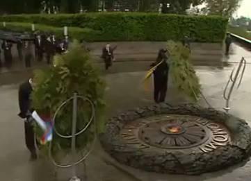 Януковича придавило венком