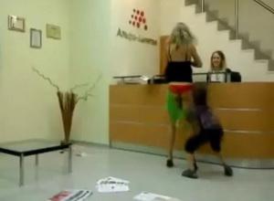 Девушке сняли трусы прямо в банке