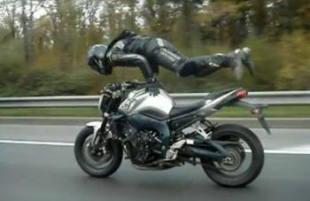 Жесткое видео с мотоциклистом