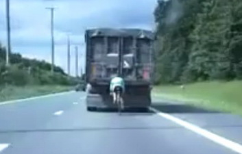 Велосипедист едет со скоростью 100 км/ч