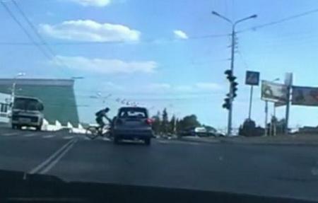 Водитель Матиза сбивает велосипедиста на пешеходном переходе