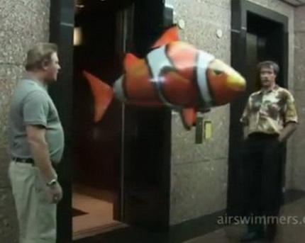 Летающие в воздухе игрушечные рыбы