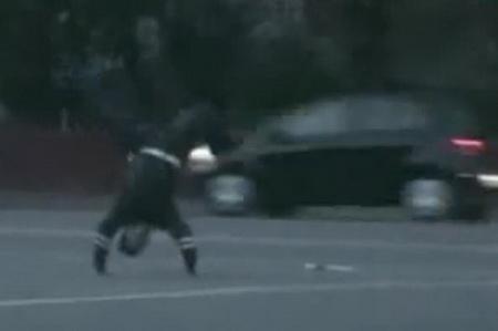 Гаишник танцует брейк прямо на посту