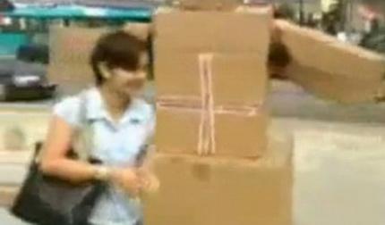 Робот из картонных коробок гоняется за людьми