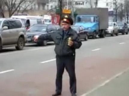 Пьяный мент на дороге