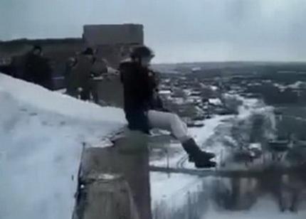 Ради развлечения столкнули с крыши