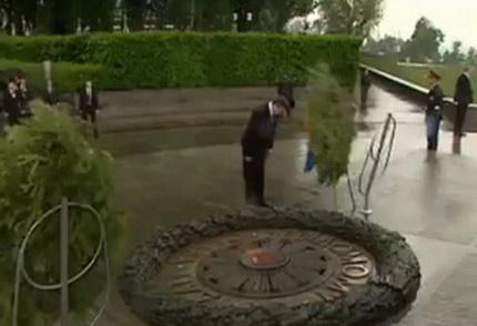 Януковича на мемориале придавило венком