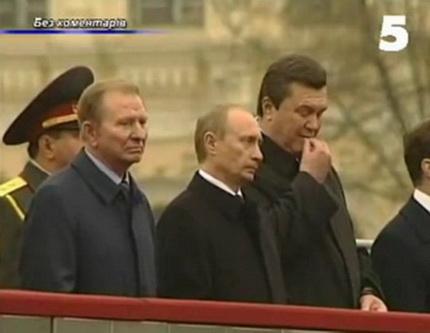 Янукович ест семечки на трибуне