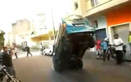 Цирковой трюк на микроавтобусе