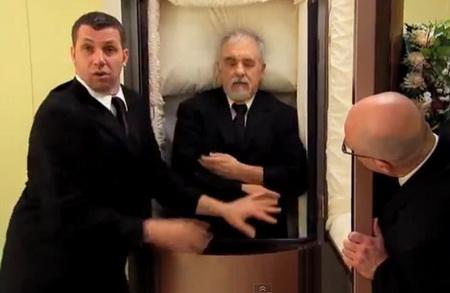 Розыгрыш с гробом в лифте