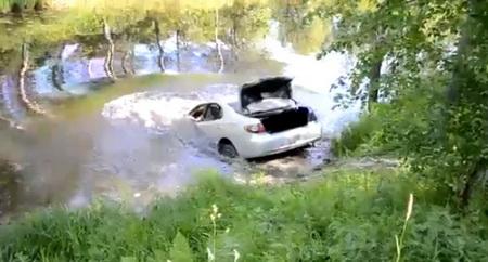 Машина утонула в речке