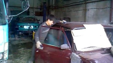 Ремонт отечественного автомобиля китайским рабочим