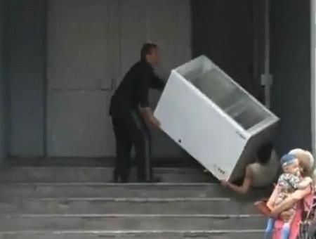Алкаши уронили холодильник