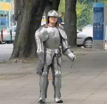 Рыцарь на улице города