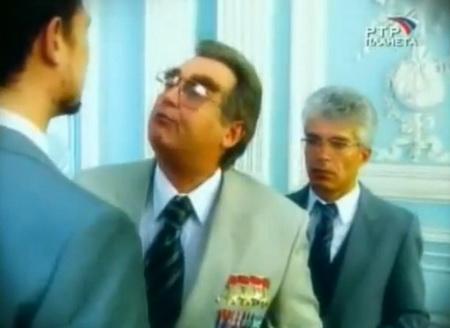 Брежнев награждает медалями