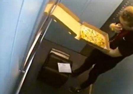 Разносчик пиццы в лифте