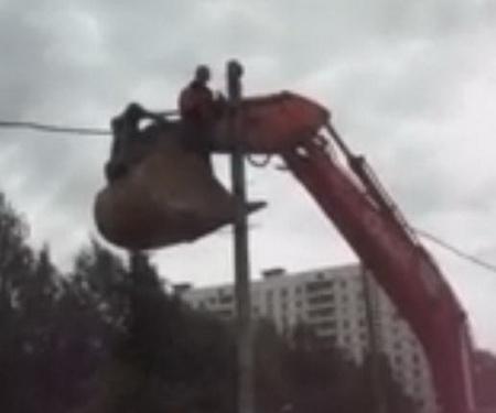 Экскаватор на русской стройке